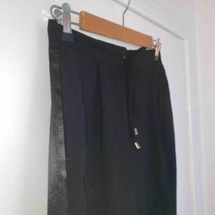 Svarta kostymbyxor med satin revor! Skitsnygga, jättebra skick. Storlek 38 ungefär. Sköna men snygga.
