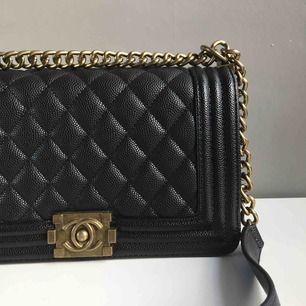 Fake Chanel väska, inköpt för 700. Säljer den eftersom att den inte kommer till användning längre :)  köparen betalar frakten