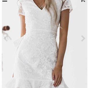 Jättefin klänning i spets, helt oanvänd ligger i förpackning. Passar perfekt till skolavslutning/student eller sommar. Klänningen kan fraktas om köparen står för frakt!