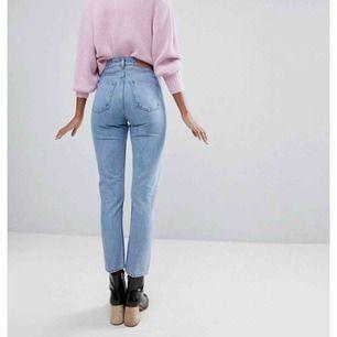 Mom jeans från monki. Motsvarande strl XS/S Inga slitningar alls, hann använda fåtal gånger innan jag växte ur de. Hör av er om ni vill ha flera bilder.