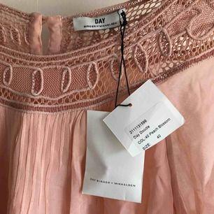 Söt klänning från DAY men lappen kvar!! Lite skrynklig efter att ha legat i garderoben (lätt fixat med några drag med strykjärnet.) +Frakt 45kr