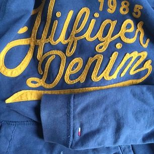 Marinblå Tommy Hilfiger hoodie. Den har två små fläckar på framsidan därav priset :) köparen står för frakten