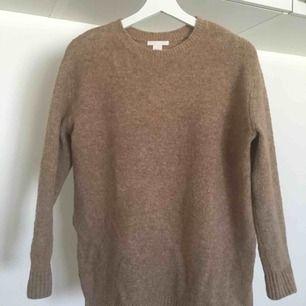 Härlig, stickad tröja från HM i strl XS, dock oversize och lite längre modell. Fler bilder finns. Fint skick och fint fall med slitsar på sidorna. Material: 62% akryl, 28% polyamid, 8% ull, 2% elastan. 200 kr inkl. frakt ☺️