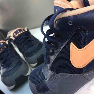 Nike Air Max i storlek 40,5 (40 1/2). Så sköna skor men ska sälja dem nu för att jag skaffat nya. De är lite smutsiga men går att tvätta därav priset :) köparen betalar frakten