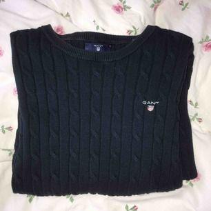 Gant kabelstickad tröja Färg: marinblå Storlek: S Super bra skick, använd få gånger, säljer pgd av att jag inte använder. Köparen står för frakt💗