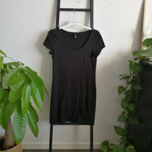 Tshirtklänning från HM. Lite figursydd så sitter smickrande men absolut inte tajt. Fraktas för 39kr eller möts upp i centrala Stockholm!