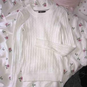 Vit kabelstickad tröja från Gina Tricot, använd fåtal gånger, i bra skick! Köparen står för frakt💗