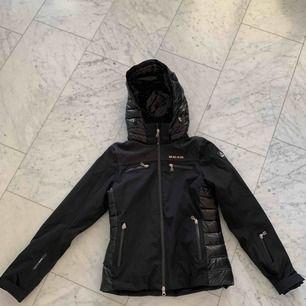Knapt brugt. Ægte 8848 ski jakke. Holder varme godt! Pris kan diskuteres, men ikke mere end 400 SEK. Org pris: 2400kr.