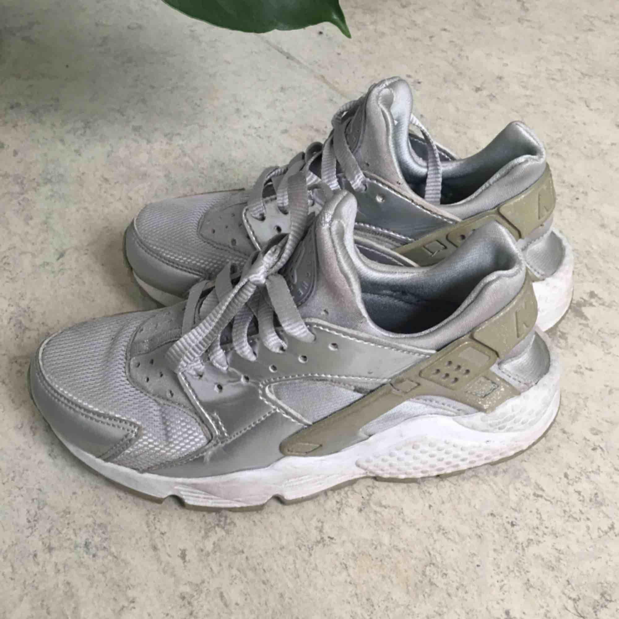 best authentic 71f4c 65002 Nike huarache i sølv. Skoene sælges, når de er for små.