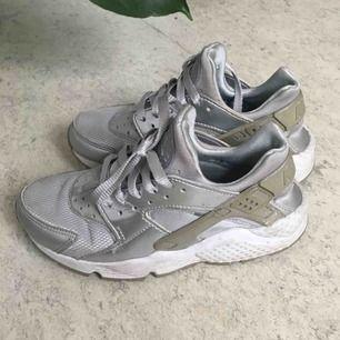 Nike huarache i silver. Skorna säljs då dom är för små. Skorna är använda men fortfarande snygga.  Köparen betalar frakt.