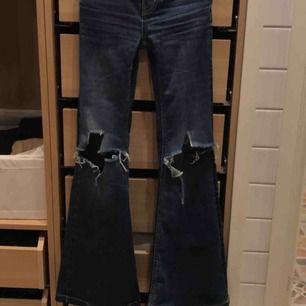 Slita jeans. Har aldrig hittar några byxor som sitter lika bra som dessa. Flare-modell. Lite trasiga längst upp men går lätt att laga