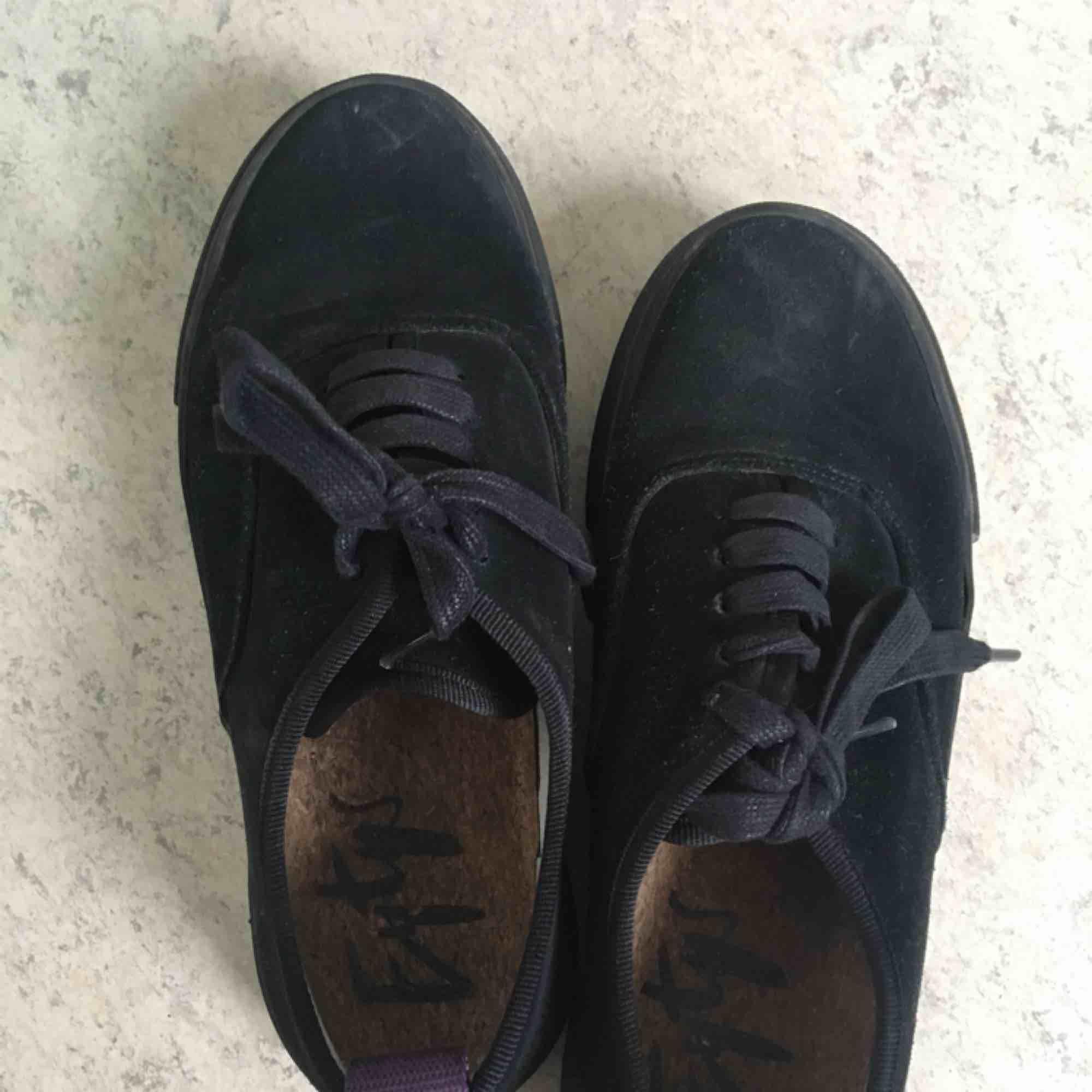 Snygga eytys i en färg/material som inte säljs längre. Skorna är i mocka och säljs då de knappt används.  Köparen betalar frakten.. Skor.