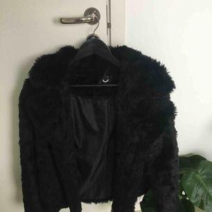 Flot pelsjakke fra Cubus. Jakken bruges og har et lille hul i lommen. Vis dog ikke, når du bærer jakken. Køberen betaler fragt.