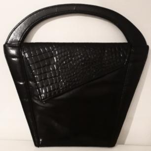Stylish svart Retroväska med otroliga vinklar! Finns även möjlighet att hänga ledja/eller väskrem på väskan. Frakt:50:- TOTAL: 150:-