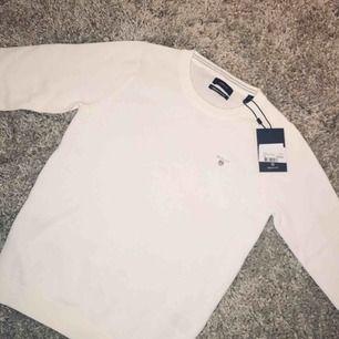 Jättesnygg vit Gant tröja i jätteskönt material superbra kvalitet. Jag köpte den för ungefär 1199 kr jag säljer den för 400kr den är tyvärr för liten för mig.