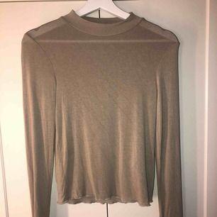 Beige polo tröja från Ginatricot som aldrig är använd!