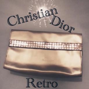 Stor guldskimrig och glammig RETRO Dior Sminkväska! Är osäker på äkthet(då arvegods)men en riktigt intressant ikonisk förvaringspiece! I fint begagnat skick och helt fresh inuti som om det aldrig vart något smink i den☄Frakt: 50:- TOTAL: 279:-