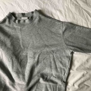 Grå cropped sweater från weekday. Använd men fortfarande i ett jättebra skick! Swish och frakten ingår inte.
