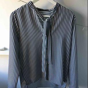 Blåvitrandig skjorta med knytning i halsen från Zara. Använd 2 gånger.