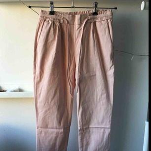 Ljusrosa kostymbyxor från Zara med knytning i midjan och fickor på sidorna. Använda 3 gånger.