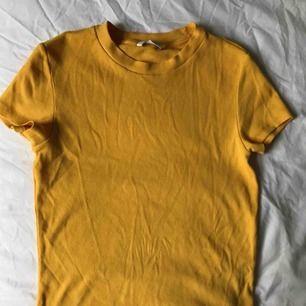Gul ribbad t-shirt från Monki i S. Den är nästan aldrig använd och har en väldigt snygg passform! Swish och frakten ingår inte.