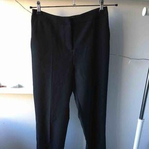 Svarta kostymbyxor från ASOS Tall. Insydda i midjan, använda 4 gånger.