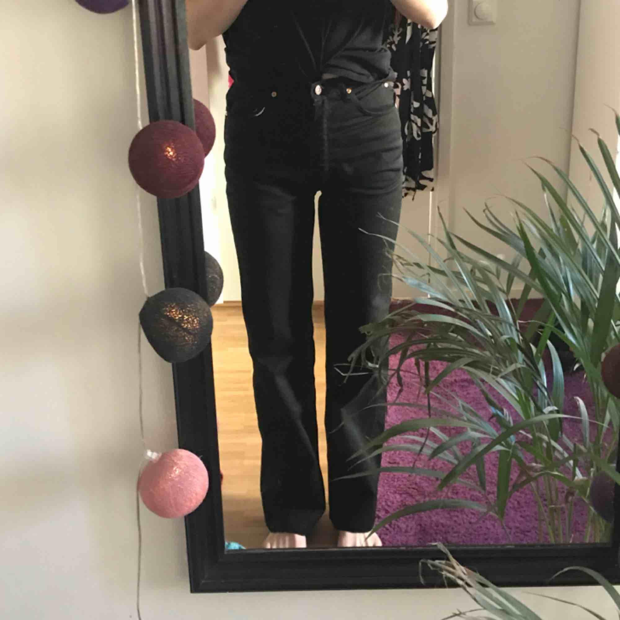 ett par svarta jeans köpta secondhand, från ett märke som heter Fairplay! står ej storleken men passar mig som vanligtvis har 25-26/32 och är 173cm lång☺️. Jeans & Byxor.