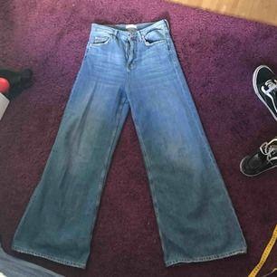 ett par utsvängda jeans från Zara! tunt jeansmaterial, väldigt mjuka och bekväma☺️