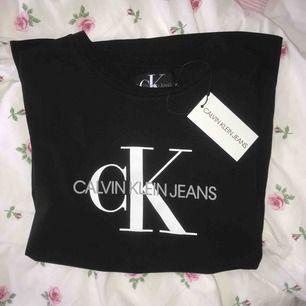Ck t-shirt, köpt på Pondus i Karlstad för 499kr (ÄKTA), Aldrig använd, super bra skick, som ny Köparen står för frakt💗