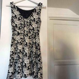 Blommig fin klänning som aldrig är använd. Köparen står för frakten😊