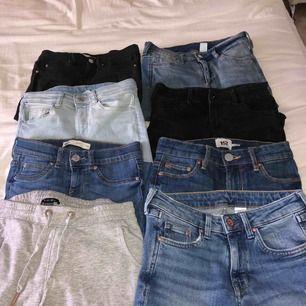 Många jeans till salu och visa är med snygga hål i! Kom DM för mycket mer information. Om man vill köpa alla jeans och mjukisen kostar det 1000kr. Jättebilligt!! Så passa på att köpa för dessa räcker länge o aldrig använt vissa!!