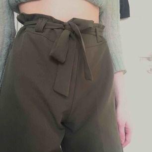 Fin/kostymbyxor i jätteskönt material, tyvärr för stora för mig som har XS. Passar dock flera olika storlekar i midjan för bandet går att justera