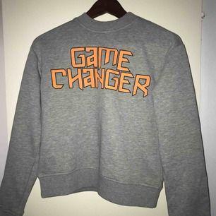 En sweatshirt från nakd med trycket game changer! Tycker den är så snygg beställde 2 stycken i olika storlekar så därför säljer jag den här! Swish tas emot och köparen står för frakten🧡
