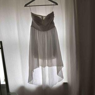 Vit klänning från Vila Clothes. Endast använd 1 gång på en skolavslutning, men har ändå nån fläck vid bröstet. Köparen betalar frakten✔️