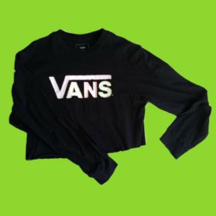 ~Unif inspired~Croppad vans tröja med färgglada broderier,barnstorlek L passar både s och xs,supermjukt tyg och passar till högmidjade byxor,priset inkluderar frakten,kan även mötas i Karlskrona 🖤