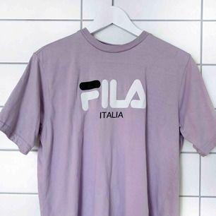 """Supersnygg ljuslila """"boyfriend"""" t-shirt från Fila! Använd en gång!🔮"""