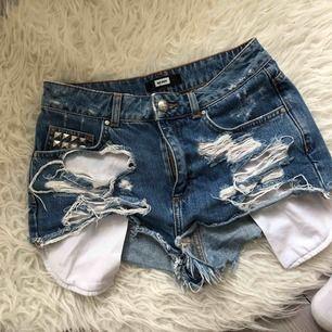 Ett par snygga, slitna shorts från BikBok med nitar som detaljer på både ena framfickan och bakfickan. Passar perfekt nu till sommar! 🌸🌸 köparen betalar frakt