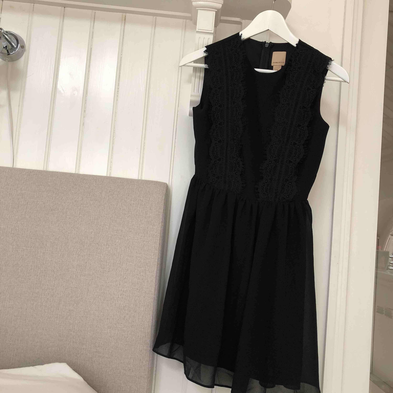 En svart klänning från Jeane Blush med spetsdetaljer på framsidan. Den har även en dragkedja på ryggen❣️ köparen betalar frakt. Klänningar.