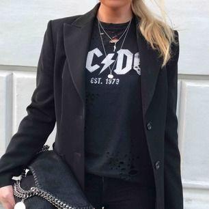 AC/DC T-shirt med hål 150kr Stella McCartney väska (använd) 2000kr Marc Jacobs solglasögon 800kr Se profil för fler bilder