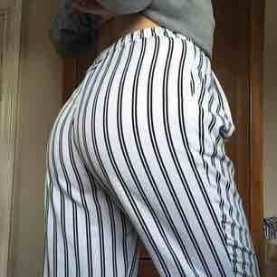 Fina randiga byxor från Monki! Köpta i höstas och endast använda ett fåtal gånger. Perfekta nu i vår! ✨  Kan mötas upp i Stockholm!   Frakt: 55 kr