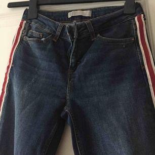 Jeans från Zara, använda ungefär 3 gånger. Modellen har slitningar och ett hål vid knäet. Pris kan diskuteras vid snabbt köp!