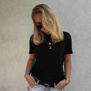 T-shirt fr IRO. Säljer både i svart och vit. Frakt 40kr tillkommer.