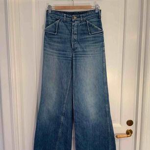 Vintage highwaist och vida jeans från 70-talet. De har några små skönhetsfel. Omkrets i midjan: 73 cm.