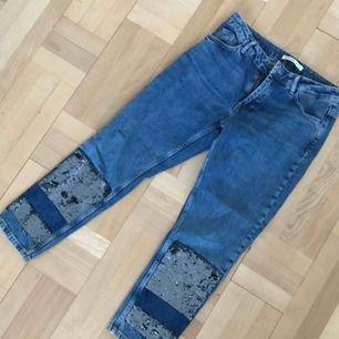 Jeans med paljetter från zara. Rak passform. Använda en gång! Pris kan diskuteras  Finns i Uppsala/skickas mot frakt.