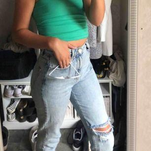 Mom jeans med ett hål precis över knät