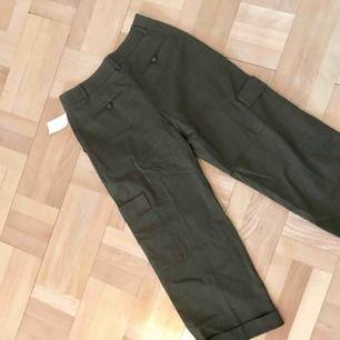 Army/cargo-byxor från H&M trend. Aldrig använda med prislappen kvar. De är raka i modeller med tight midja. Pris kan diskuteras! Finns i Uppsala/köpare står för frakt