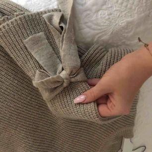 Beige stickad tröja från Gina tricot. Super snygg och jätte varm. Säljs då den endast är i vägen.