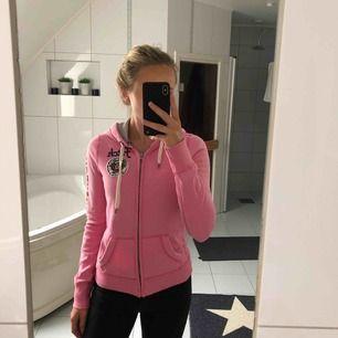 Rosa hoodie med dragkedja från Abercrombie and Fitch. Frakt 40kr tillkommer