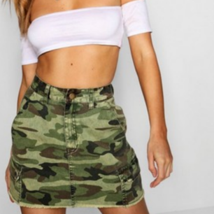 HELT NY Camo denim kjol från Boohoo, prislapp kvar, aldrig använd.