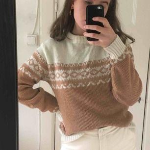 Söt, stickad tröja från Beyond Retro! Vit och beige/rosa! Storlek M men känns mer som en XS/S ✨  Kan mötas i Stockholm!  Frakt: 55 kr